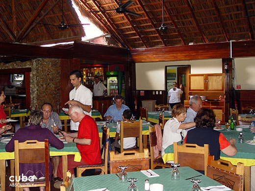 people eating at restaurant  El aljibe © Cuba Absolutely, 2014