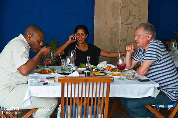 people eating at restaurant Vistamar in Miramar © Cuba Absolutely, 2014