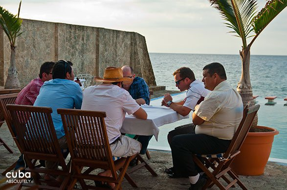 people having dinner at restaurant Vistamar in Miramar© Cuba Absolutely, 2014