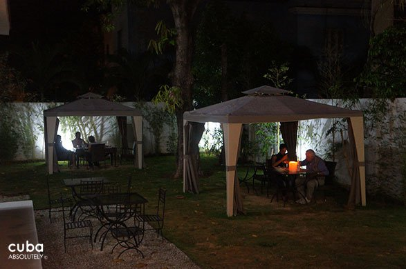 yard with tables for dinner © Cuba Absolutely, 2014