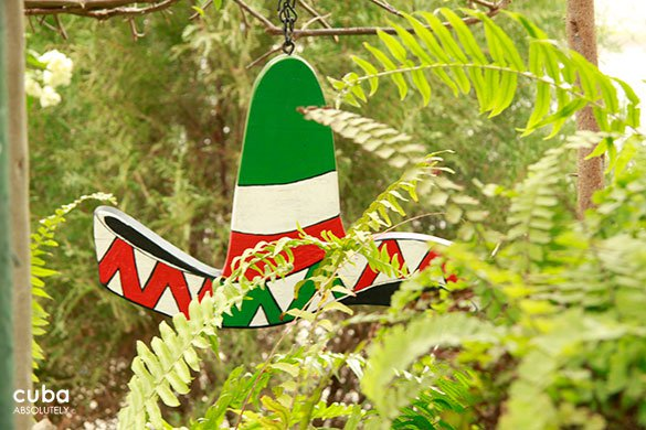 mexican hat red, green and wihte hide between plants © Cuba Absolutely, 2014