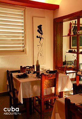 restaurant Chaplin with a wood an d red decoration © Cuba Absolutely, 2014