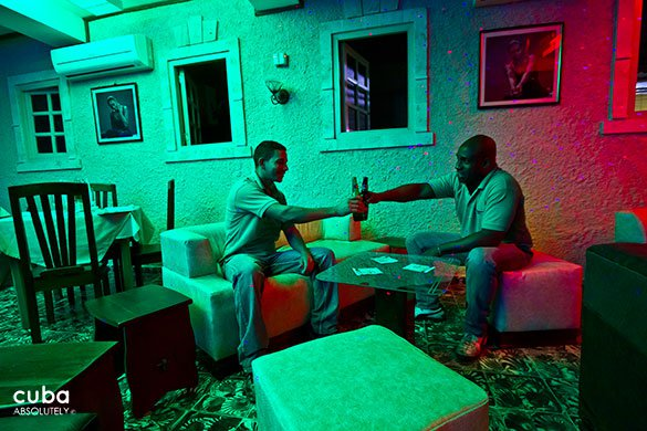 toast of 2 men at Restaurant Tres medallas in Miramar © Cuba Absolutely, 2014