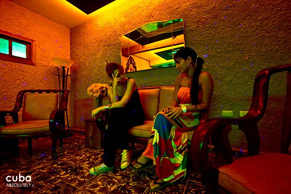 2 girls talking at Restaurant Tres medallas in Miramar © Cuba Absolutely, 2014