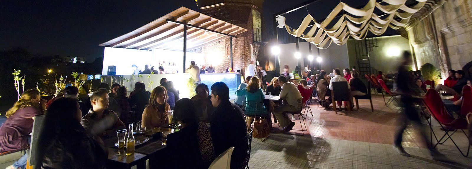 Cocinero retaurant in Vedado, outdoors terrace, people eating and drinking