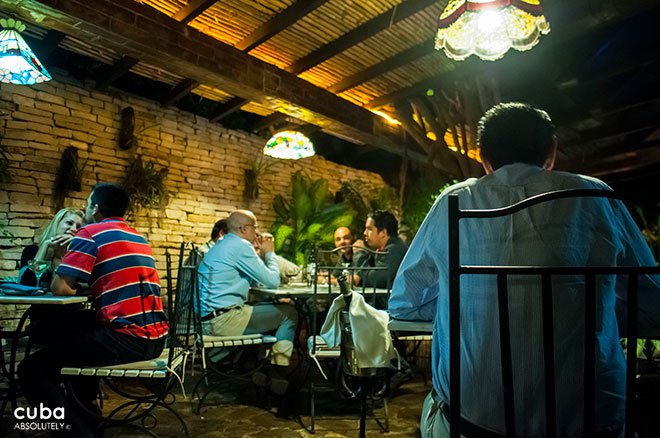 people eating at Restaurant La fontana in Miramar © Cuba Absolutely, 2014