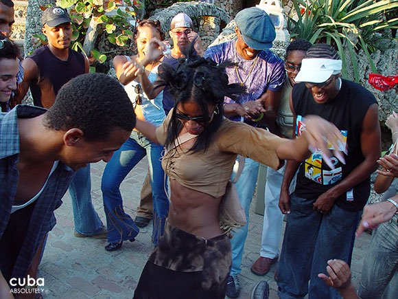 girl dancing surround by young people© Cuba Absolutely, 2014