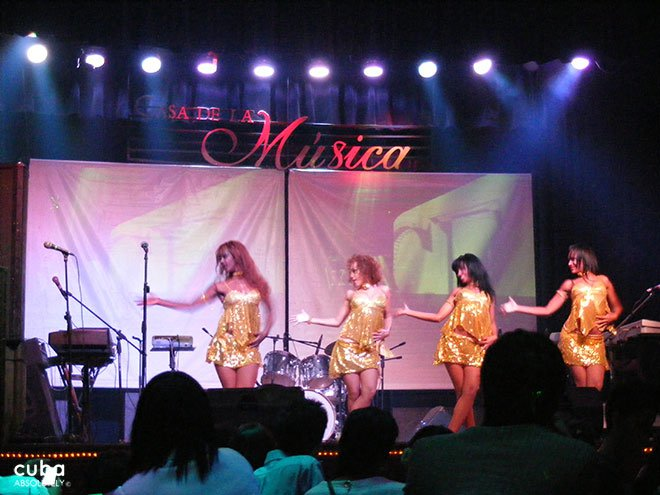 4 girls dancing with golden short dresses in the stage of House of Music club in old havana © Cuba Absolutely, 2014