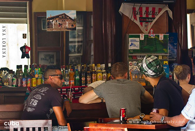 men havink drinks at Bar Bilbao in Old Havana© Cuba Absolutely, 2014
