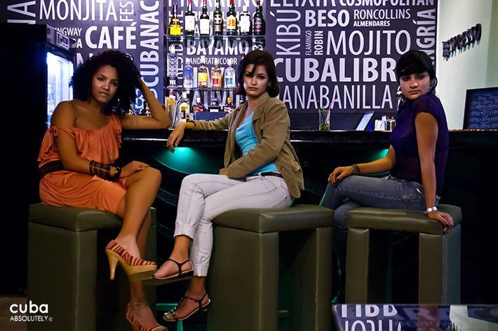 3 girls having drinks at Starbien restaurant in Vedado© Cuba Absolutely, 2014
