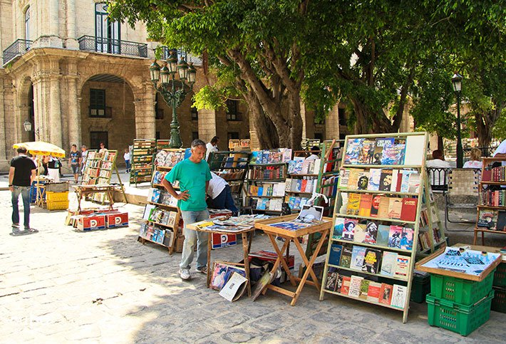 book sellers at Arms Square in old havana © Cuba Absolutely, 2014