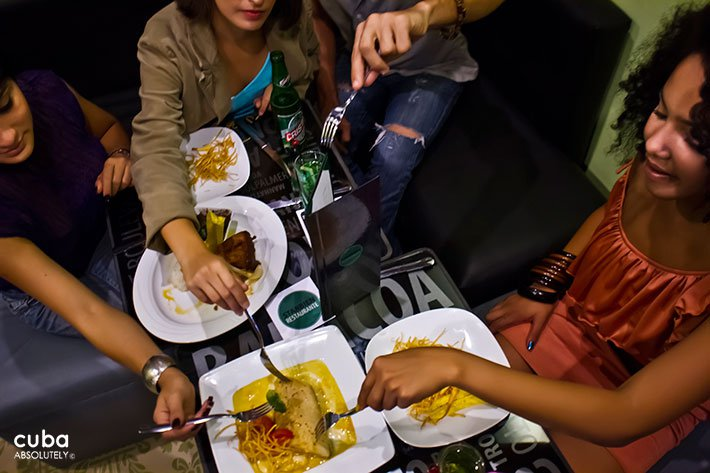 3 girls eating at Starbien restaurant in Vedado© Cuba Absolutely, 2014