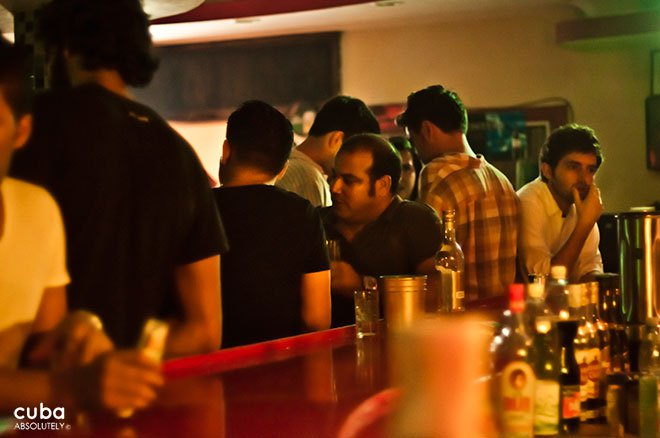 people having drinks at a bar© Cuba Absolutely, 2014