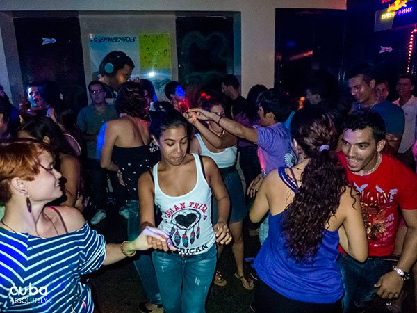 girls dancing in a party in Centro Vasco club in Vedado© Cuba Absolutely, 2014