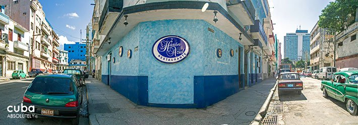 front of Huron azul restaurant  in Vedado© Cuba Absolutely, 2014