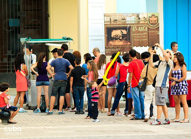 people at Meeting of cultural cuisine in old havana© Cuba Absolutely, 2014