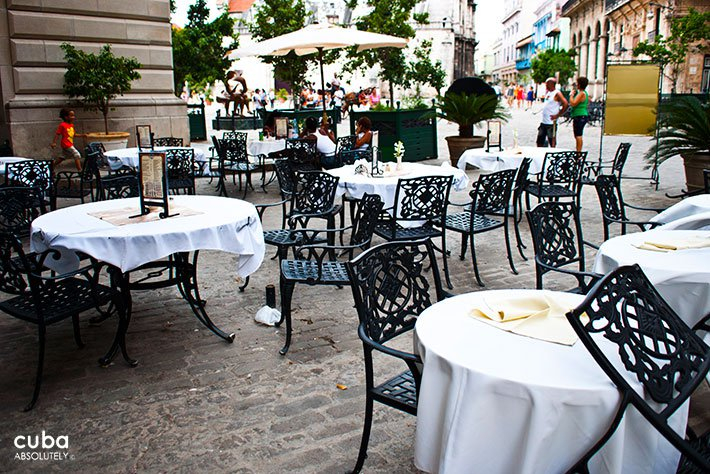 Mercurio restaurant in San Francisco Square in Old Havana, tables outdoor © Cuba Absolutely, 2014