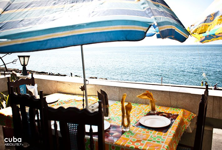 Torreson restaurant, table with view of the sea © Cuba Absolutely, 2014