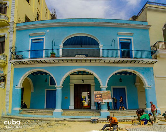 Blue building in Old havana with construction workers in front © Cuba Absolutely, 2014