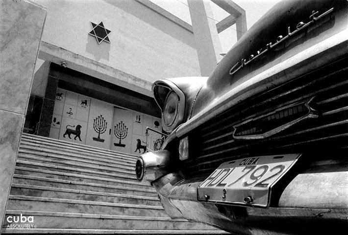 Detail of an old car against the front of a Synagoque © Cuba Absolutely, 2014