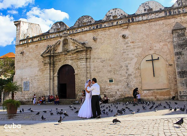 Couple getting married in San Francisco Square in Old Havana © Cuba Absolutely, 2014