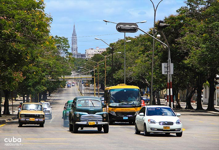 Carlos III avenue, cars on the street © Cuba Absolutely, 2014
