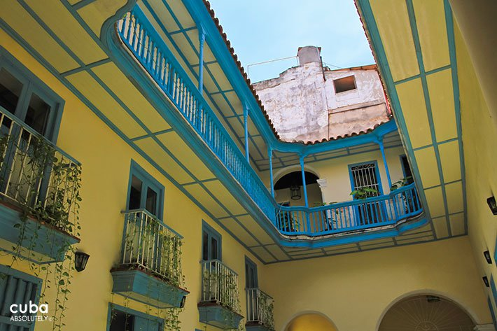 Interior yard of Condesa de la Runion house painted in yellow and blue © Cuba Absolutely, 2014