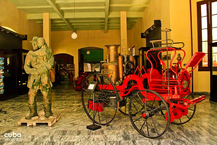 Sculpture of a fireman with a kids in arms and an old firemen car next to him at Firemen museum in Old havana © Cuba Absolutely, 2014