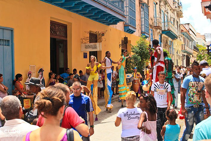 People on Mercaderes street around men and womans on stilts in Old Havana © Cuba Absolutely, 2014