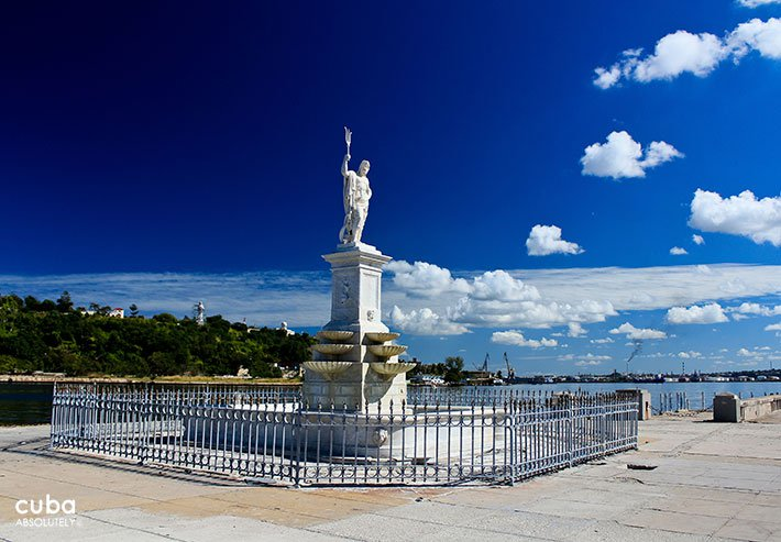 Fountaine with a statue of Neptuno, greek god of the sea © Cuba Absolutely, 2014
