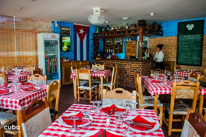 El idilio restaurant in Vedado, red and white tablecloth © Cuba Absolutely, 2014