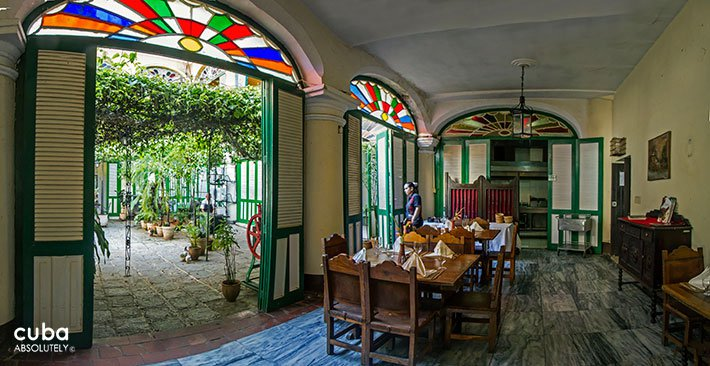 La mina restaurant in Old Havana, big door with stained-glass window above © Cuba Absolutely, 2014