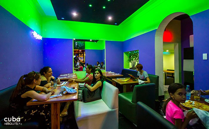 People eating at La Pachanga restaurant, decorated in blue and green © Cuba Absolutely, 2014