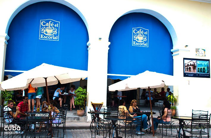 People talking and taking coffee at cafe Escorial terrace, restaurant in Old Havana © Cuba Absolutely, 2014