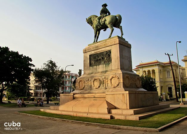 Monument of a man in a horse at Paseo boulevard © Cuba Absolutely, 2014