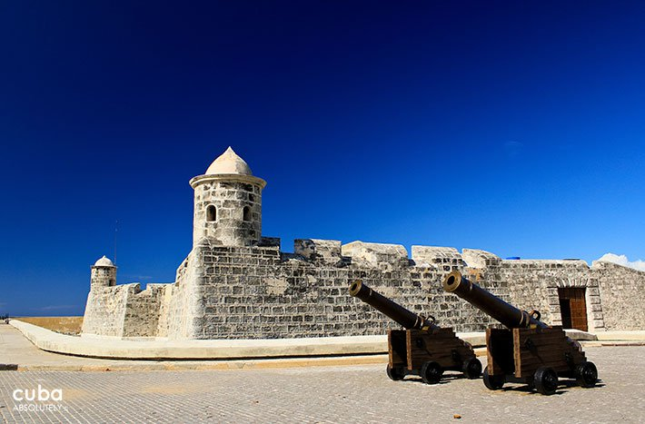 2 cannons and a small fortress behind at La Punta castle © Cuba Absolutely, 2014