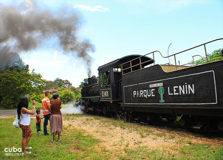 People taking pictures of the train of Lenin park © Cuba Absolutely, 2014