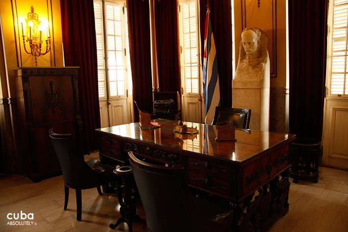 office with a desktop made of wood © Cuba Absolutely, 2014
