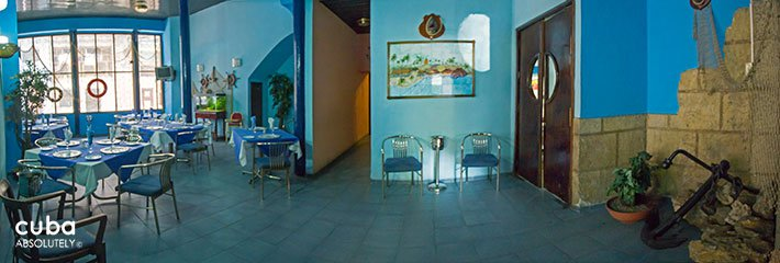 Seafood restaurant painted in blue in Old Havana © Cuba Absolutely, 2014