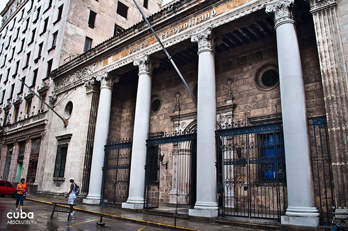 Metropolitan bank in Old Havana© Cuba Absolutely, 2014