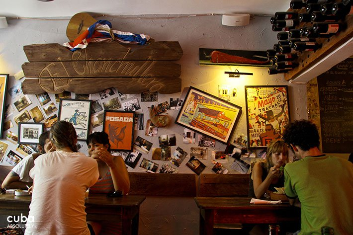 People having drinks at Chanchullero tavern in Old Havana © Cuba Absolutely, 2014