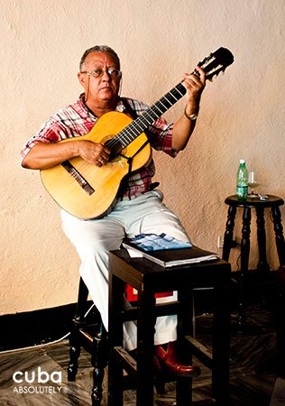 Old man playing a guitar © Cuba Absolutely, 2014