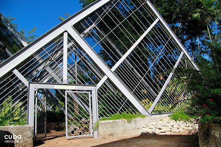 entrance of a garden with triangle shape © Cuba Absolutely, 2014