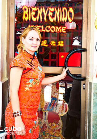 Chinese restaurant in Old Havana, girl  opening the door © Cuba Absolutely, 2014