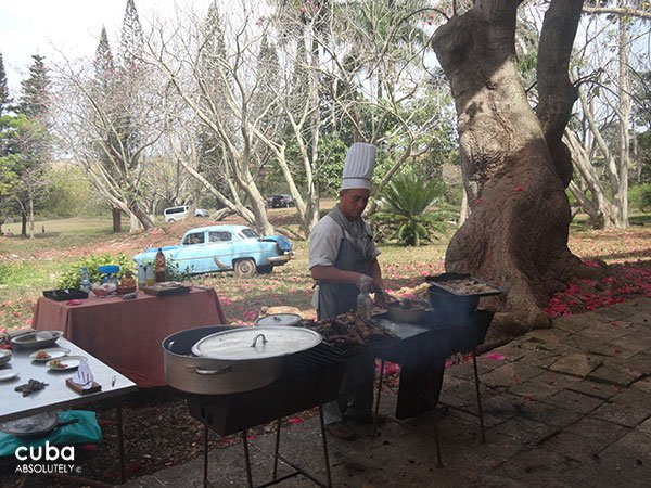 Chef making a grill outdoor © Cuba Absolutely, 2014