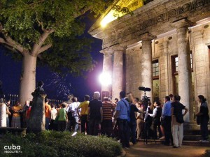 El Templete at night, people visiting the museum © Cuba Absolutely, 2014