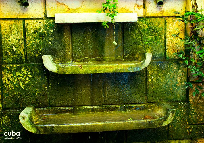 Fountaine on a green wall © Cuba Absolutely, 2014