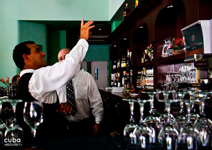 Barman taking a glass © Cuba Absolutely, 2014