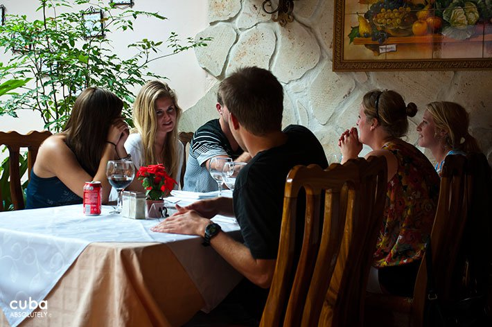 People having dinner at Sancho Panza restaurant in Vedado © Cuba Absolutely, 2014