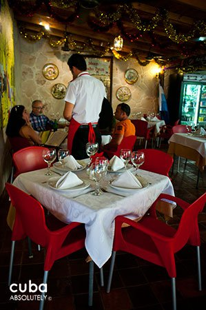 People eating at Sancho Panza restaurant in Vedado © Cuba Absolutely, 2014